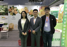 In the middle is Gavin of Geat Wall. Next to the company's traditional exports of Chinese apples and pears, Great Wall has recently launched an import programme of Malaysian pineapples, which received market access to China earlier in 2017. // 中间是河北省晋州市长城经贸有限公司的Gavin。除了该公司传统的中国苹果和梨的出口外,长城经贸有限公司最近推出了在2017年初获得市场准人的马来西亚菠萝的进口计划。