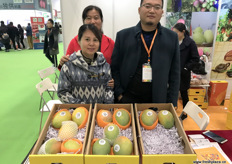 Tina Y.L. Yeung, CEO at Hong Kong Golden Sunflower, an import company, is visiting her panzihua mango suppliers at the stand of MeiGuoBao. To the right is Bai Bing, General Manager. // 金向日葵国际贸易有限公司的首席执行官杨样灵,该公司是一家进口公司,正在美果宝展位前拜访其攀枝花芒果供应商。右边是董事长白冰。
