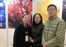 Jane Ping, Logistics Manager, Ling Niuxian, General Manager and He Weiguo of Fruitkii, a fruit sources, packer and distributor from Henan in Central China.// 锦地九洲国际贸易有限公司的国际物流经理丁泽红(左),总经理牛仙玲(中)和何卫国(右)。该公司是一家位于中国中部的河南省的水果采购商,包装商和分销商。