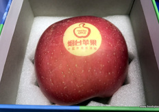 Yantai Pantaohui E-Commerce's special gift apples. // 烟台苹果设计的特别着色的礼品苹果。