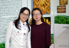 安丘义海食品有限公司的林娇娇的林娇娇 // Sally Lin (to the right) is the export manager of Anqiu Yihai Food.