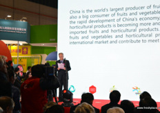 At the opening's ceremony the importance of China as a fruit and veg producer and importer was explained. // 在 开幕式上,中国作为一个水果和蔬菜生产果和进口果的重要性的解 释。