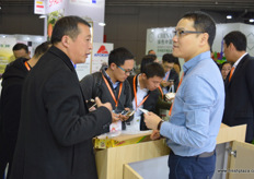 Kevin Au Yeung of RKG Asia has brought the Dori, an Italian kiwifruit variety and brand, to the exhibition, where it regenerated curiosity and interest. The first shipments of Dori arrived in Shanghai in the middle of November // 爱奇果园亚洲有限公司的Kevin Au Yeung为展会带来 了Dori,Dori是一个意大利猕猴桃品种和品牌,它引来了人们的好奇 和兴趣。首批船运的Dori在11月中旬抵达了上海。
