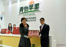To the left, Rebecca Zhou, founder and managing director of Evergreen. To the right, Huang Bang Dian, marketing manager // 左边是广州市青怡农业科技股份有限公司的 董事总经理周杰,右边是渠道经理黄邦钿