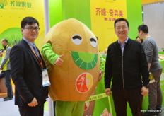 To the rigth is Mr Qi, founder and director of Qifeng fruit. To the left, Nemo, the company's marketing manager. In the middle one of the company's red hearted kiwifruit varieties // 右边是齐先生,齐峰水果的创始人和董事 长。左边是公司的营销经理李峰。中间是该公司的红心猕猴桃品种之 一
