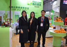 To the left is Chen Na, marketing manager of Chen's Sun. The company has a purchasing team in Europe, Africa and South America // 左边是陈氏阳光的销售总经理陈 娜。该公司在欧洲、非洲和南美洲设有采购团队