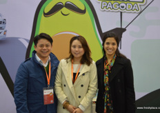 In the middle is Jade Shan of Mr Avocado, one of China's premium avocado brands, together with Jessica Delgado, sales rep at Frhomimex (Fruits and Vegetables from Mexico), shipper of Mexican avocadoes // 中间是牛油 果先生的Jade Shan,牛油果先生中国的优质牛油果品牌之一,与 Frhomimex (来自墨西哥的水果和蔬菜)的销售代表杰西卡一起, Frhomimex是墨西哥鳄梨托运商。