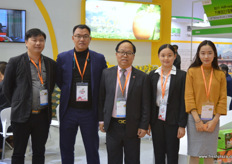 Henry Wang, in the middle, together with his team at Jiu Tai. This year Jiu Tai will market is tangerin and hami melon brands on the European market // 汪恒定(在中 间)和他的团队在久泰农业展台。今年,久泰农业将在欧洲市场上营 销其鲜橙和哈密瓜品牌