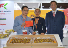 Kevin Au Yeung of RKG Asia together with Daniela Ballatore and Paolo Carissimo. RKG Asia is currently marketing the Dori in China, an Italian kiwifruit brand // 爱奇果园亚洲有限公司的Kevin Au Yeung和Daniela Ballatore 和Paolo Carissimo一起。爱奇果园亚洲有限公司目前在中国营销 Dori,Dori是一个意大利猕猴桃品牌