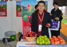 Roger Liu of the Washington Apple Commission in China. Although domestic apple brands are growing in strenght, American import apples remain a popular product on the market //在中国的美国华盛顿苹果协会的刘保军。虽然国内的苹果 品牌的实力在不断增强,但美国进口苹果仍然是市场上的畅销产品