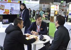 Business operations at the Apofruit Italia stand // Apofruit Italia展台前进行的商业洽谈