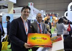 Renzo Balestri and Mirco Zanotti from Apofruit with a Solemio kiwi packet // 来自Apofruit的Renzo Balestri和Mirco Zanotti拿着一个Solemio猕猴桃包装