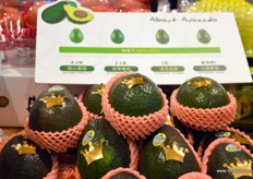 Avocado's popularity is growing in China. In the back an info sheet informing about ripeness, colour and taste. These avocados are imported from Mexico. // 鳄梨在中国越 来越受欢迎。在后面,是一张告知成熟度,颜色和味道的信息表。这些 鳄梨是从墨西哥进口的。