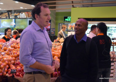 Darren Keating, CEO of PMA Australia-New Zealand chats with Sam Manujith from The Avolution (Australia). // 澳大 利亚-新西兰农产品营销协会的首席执行官Darren Keating与The Avolution(澳大利亚)的Sam Manujith交谈。