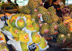 Produce range by Dole, including several banana varieties, guave and fresh pineapples, all marketed under the Dole brand. // 都乐陈列的产品类别,包括几个香蕉品 种,木瓜和新鲜菠萝,所有产品都是在都乐品牌下被营销的。