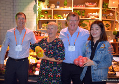 Lisa Cork of Fresh Produce Marketing is holding a papaya and having a laugh with Tommie van Zyl, ZZ2, to her right and Clive Garrett of ZZ2 to her left. To the rigt of the photo is the store manager of Yonghui. // Fresh Produce Marketing的Lisa Cork手里正拿着一个木瓜,与右边的ZZ2 的Tommie van Zyl微笑合影和ZZ2的Clive Garrett 。