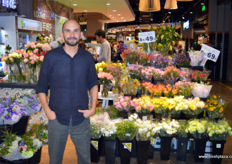 Felipe Villamizar of Maria Flowers is happy to see fresh flowers at the entrance of the shop. // Maria Flowers的 Felipe Villamizar很高兴在商店的入口处看到鲜花。