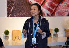 Hema's store manager explains how fresh produce is key for the shop's success. // 盒马的商店经理解释了生鲜农产品是 如何成为该店取得成功的关键的。