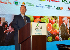 William Verzani is Deputy Director at the US Agriculture Trade Office in Guangzhou. He is hoping to expand relationships by partnering with US trade associations. Imports of US fruits have increased 75% since 2013. 60% of all imported fruits is distributed in the South of China. // 王威力(William Verzani)是美国驻广州总领事馆农业 贸易处副领事。他希望通过与美国贸易协会的合作来扩大关系。自 2013年以来,美国进口水果已经增加了75%。所有进口水果的60%被在 中国南方分销。