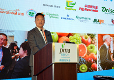 Eric Li is Vice President Global Sourcing and Alliance at Yiguo, a large importer, distributor and online supplier of fresh produce. In his speech he outlined the currently available different business models for retail. // Eric Li是易果生鲜的全球采购部副总裁,该公司是一家 大的进口商,分销商和新鲜农产品的在线供应商。他在演讲中概述了目 前可供零售的各种商业模式。