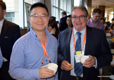 To the right, John Moore from Summer fruit Australia together with Zender from Tfresh. // 右边是Summer Fruit Australia的John Moore和万果风云亚果会的Zender一起。