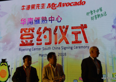 Qidong Zhu of Pagoda, John Wang of Lantao and Steve Barnard of Mission Produce are waiting to go on stage to sign a latest agreement on jointly opening a second avocado ripening centre in Southern China. // 百果园的朱 启东,兰涛的John Wang和Mission Produce的Steve Barnard正在 等待上台签署在南部的第二个鳄梨催熟中心的新协议。