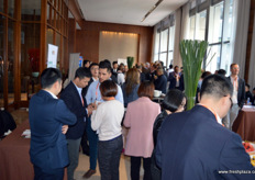 "Guests attending PMA Fresh Connections: China are deliberating past lectures and information received. // 出席""果蔬联谊大会:中国站""的嘉宾在商讨过去的讲座和收到的信息。"