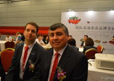Ignacio Caballero Torretti Marketing Manager of Chilean Fruit Exporters Association, and to the right Juan de Dios Salinas J. General Manager Kingship Fruit Chile S.p.A. // 左边是智利水果出口商协会的营销经理Ignacio Caballero Torretti, 右边是君为信智利股份有限公司的总经理 Juan de Dios Salinas J.