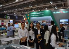 Sam Zhao, Lili Xiao and Jason Lai of Reemoon, ready to answer all questions at their front desk. Reemoon is specialized in developing, manufacturing and supplying postharvest equipment and solutions for fruit and vegetables, including sorting machine, washer, dryer, waxing machine and other accessory equipment. // 江西绿 萌科技控股有限公司的赵宝山、肖丽丽和赖腾华在他们的前台准备回 答所有问题。江西绿萌科技控股有限公司是一家专业开发、制造和供 应水果和蔬菜采后设备和解决方案的公司,包括分选机、清洗机、干 燥机、打蜡机和其他附属设备。