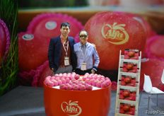 Richard and Steven Leung of Alfa Fruit Packers. Steven works together with his son Richard to set up modern packing facilities in China, they now have two plants, one in Shandong and one in Shaanxi. // 冠臣果蔬的梁尚伟 和梁嘉深。梁嘉深和他的儿子梁尚伟一起在中国建立现代化的包装设 施,现在他们有两个工厂,一个在山东,一个在陕西。