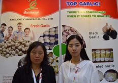 """Jessica Li and Chen Meng from Easiland Commercial Co., Ltd. Their company is specialised in exporting fresh garlic, carrot, cabbage, frozen/dehydrated fruits and vegetables. // ""Easiland Commercial Co., Ltd的Jessica Li和Chen Meng。他们的公司专门出口新鲜大蒜、胡萝卜、卷心菜、 冷冻/脱水水果和蔬菜。 """