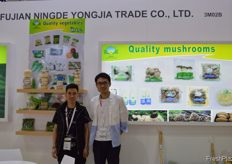 Fujian Ningde Yongjia its team. Their booth showed a lot of fresh products such as mushrooms and vegetables, which even more shows they are a modern enterprise specializing in producing mushroom, vegetables, fruits and all other agricultural by- products after years of creation and development. The company has the self-manage export authority and affiliated plants and farms are distributed over Fujian, Guangdong, Beijing and northeast areas. // 福建宁德永嘉团队。其展位上陈列着大量蘑菇、蔬菜等鲜活产 品,经过多年的创新和发展,他们已发展为一家专业生产蘑菇、 蔬菜、水果等农副产品的现代化企业。公司拥有自营出口权,所 属工厂、农场遍布福建、广东、北京和东北地区。