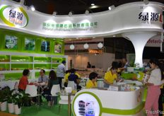 The booth of Shenzhen Lvyuan Packaging Technology Co., Ltd was visited by many participants. // 深圳市绿源包装 科技有限公司的展位迎来很多到访者。