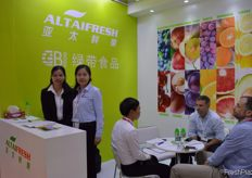 Jade Lee and Yolinda Xia from Guangzhou Green Belt Food Co., Ltd. (Trading as Altaifresh Limited) // Guangzhou Green Belt Food Co., Ltd. (Trading as Altaifresh Limited)的Jade Lee和Yolinda Xia。